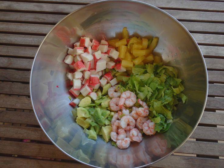 Aguacates rellenos de gambas y piña     Otra receta de verano bien fresquita, que con este calor lo único que apetece son cosas ligeras...