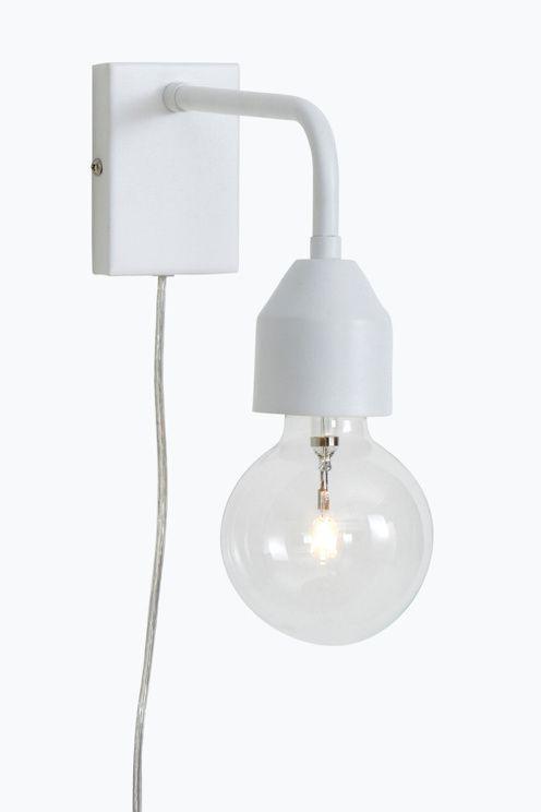 Vägglampa i modern design som också blir snygg som sänglampa. Av metall…
