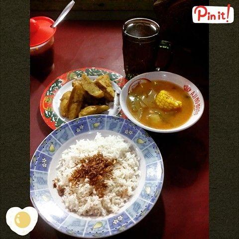 My fav food Cocomilk rice (nasi uduk), fried potato, fried toufu and sayur asam (sour sweet soup)  我最喜愛的印尼料理 椰醬製做的白飯(戊獨飯), 炸馬鈴薯,炸豆腐及酸甜湯