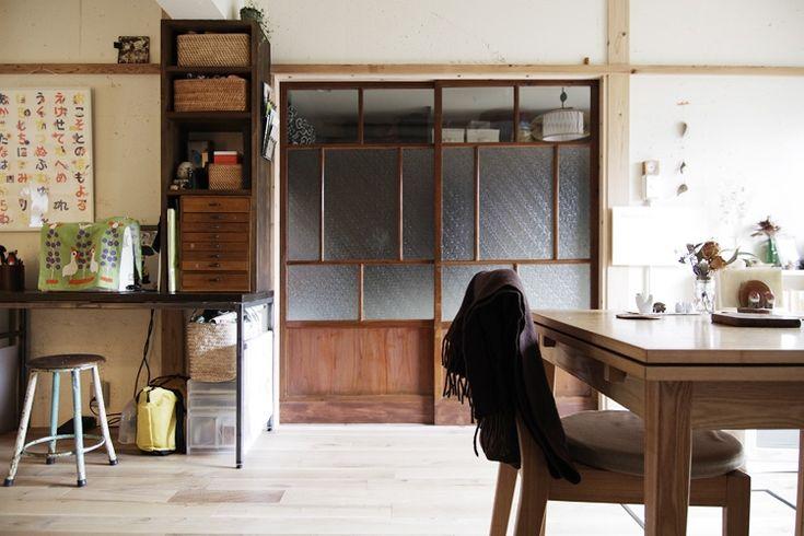 <p>アンティークの和建具が部屋のインテリアのキーポイントに。建具の存在感は意外と大きい。</p>