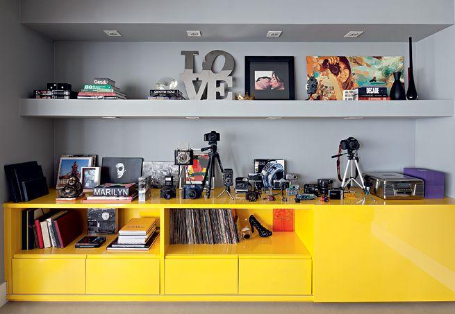 coleção de máquinas fotográficas fica exposta como uma obra de arte. Móvel de laca desenhado pelo arquiteto Mauricio Arruda e feito pela Marcenaria Drumello