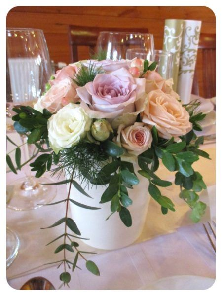Esküvői asztaldísz pasztell színekkel