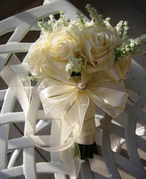 Lindo mini bouquet cor champagne com mini rosas em e.v.a. botões e rosas em silicone, total de 23 rosas e ramos brancos envoltos do mini bouquet.  Perfeito ideal para sua dama de honra, para suas madrinahs e ou para as solteiras  Bouquet acompanha um broche em STRASS, o que faz deste bouquet uma verdadeira joia!  Disponivel nas seguintes: rosa,lilás,branco puro,champagne,vermelho,roxo R$65,99