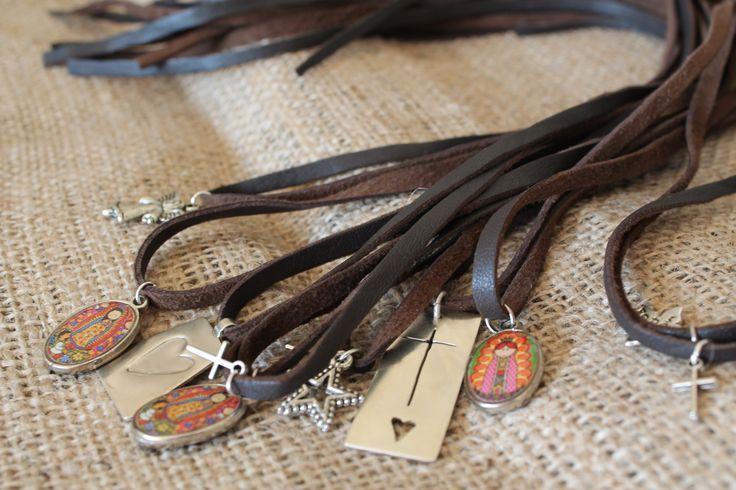 Cueros con colgantes, para amarrar como pulsera o collar, especialmente hechos con virgencitas, cruces, medallitas de plata, ideal de regalo de primera comunión o confirmación!