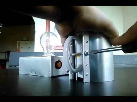maquina casera para sublimar tazas con prensa manual y un bombillo