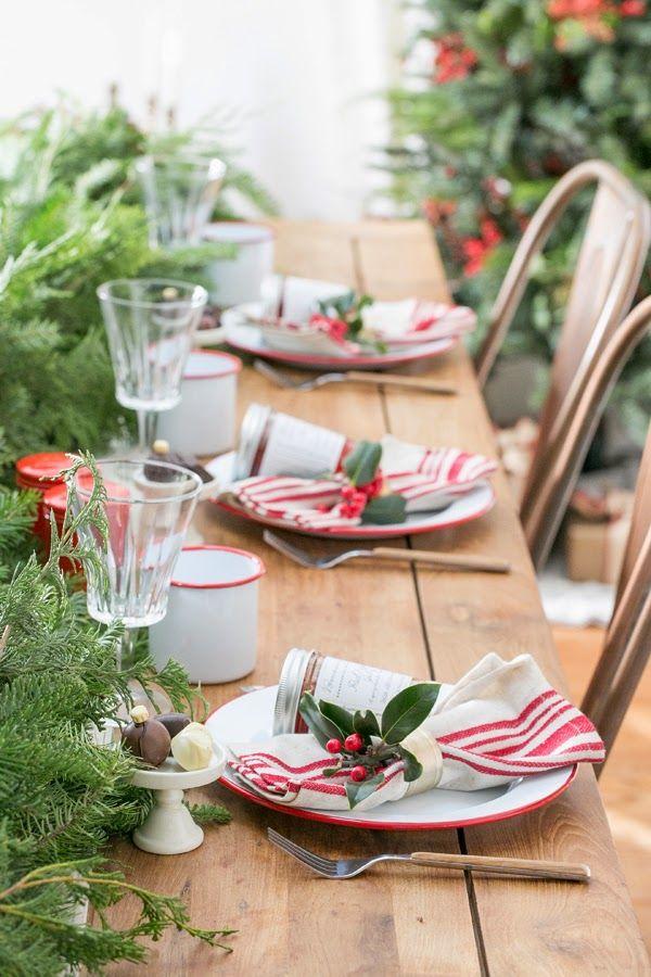 I love a classic red and white table setting for Christmas, with greenery as the centerpiece - UNA MESA DE NAVIDAD EN ROJO Y VERDE   desde my ventana   blog de decoración  