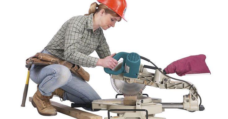 Como cortar aço com uma serra de esquadria. As serras de esquadria são uma ótima maneira de cortar pedaços de madeira em linha reta. Normalmente, uma serra de esquadria não é utilizada para cortar barras ou outros objetos de aço, devido à disponibilidade de outras ferramentas. Mas, se não tiver acesso a outras ferramentas para cortar este metal, poderá usá-la. Você precisará ser capaz de ...