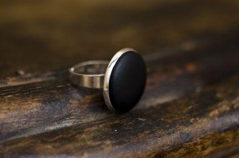 990,- Fekete bőr gyűrű, Ékszer, óra, Gyűrű, Ezüst színű gyűrűalapba helyeztem a fekete textilbőrrel bevont gombot, melynek mérete 18mm. A..., Meska