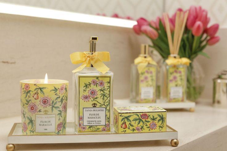 Para compor com os itens de perfumaria da Coleção Flor de Maracujá, que usamos em nosso lavabo, e ressaltar o amarelo do tom da embalagem, abandeja Marquesa com borda trabalhada em ouroé uma ótima escolha.