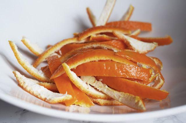 Nu aruncam cojile de portocala ci le transformam in desert! De aici a pornit ideea cand ne-am apucat de gatit.Dupa ce am vazut...