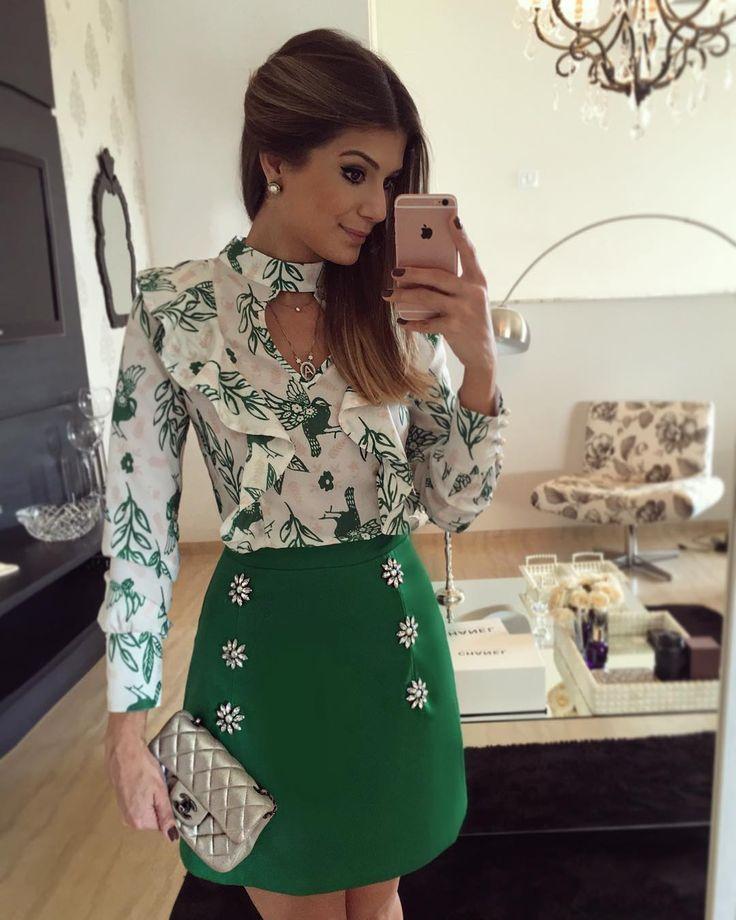 """{Green} Look todo @mabumastore Saia estruturada com bordado e blusa de babado…"
