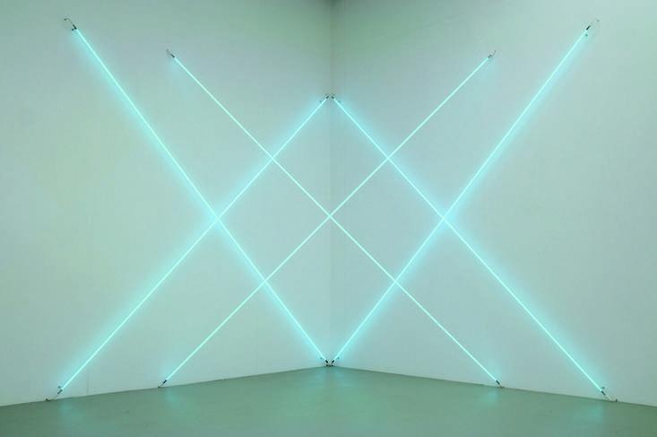François Morellet, Triple X neonly, édition 2 de 5 (2012). Tubes de néon bleu, 2 transformateurs 325 x 325 x 325 cm. | COURTESY THE ARTIST AND KAMEL MENNOUR, PARIS © ATELIER MORELLET © ADAGP, PARIS 2013