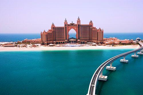 Atlantis, the Palm in Dubai Es besteht aus zwei Gebäudetürmen, die durch eine Brücke verbunden sind.