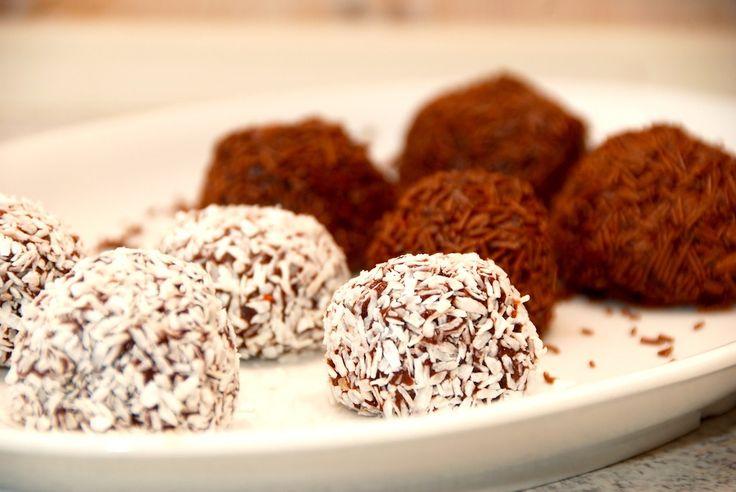 Se den nemmeopskrift på nemme romkugler lavet af hindbærroulade. Romkuglerne kan laves på blot fem minutter, og trilles i kokos eller krymmel. Nemme romkugler lavet af hindbærroulade er ligeså gode…