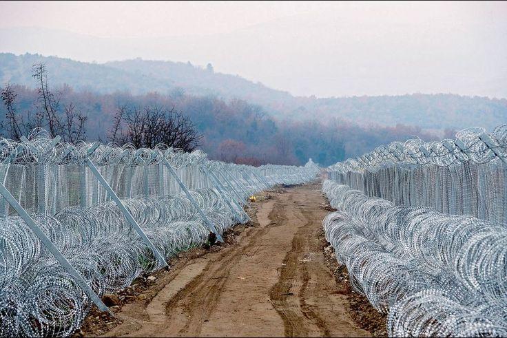 Nos reporters ont parcouru 4 000 kilomètres, franchi trente-cinq frontières, ont été arrêtés sept fois pour des contrôles. La tentation de se barricader gagne les pays où transitent des milliers de migrants chaque semaine. La plupart veulent se rendre en Allemagne, attirés par la politique d'accueil d'Angela Merkel. Mais la Hongrie, l'Autriche, la Slovénie, la Croatie, la Serbie et la Macédoine leur limitent l'entrée.Lire aussi:Migrants: la route est coupéeLa route des Balkans est…