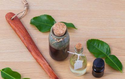 Gli oli essenziali che fanno bene ai capelli: quali sono e come utilizzarli - Gli oli essenziali fanno bene ai capelli e possono essere utilizzati per migliorare la salute del cuoio capelluto. Vediamo quali sono e come utilizzarli.