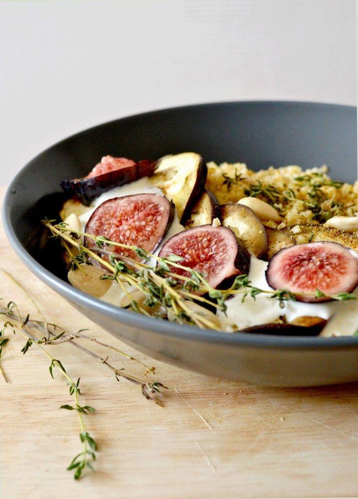Boulgour aux figues et aux aubergines rôties. Sauce au chèvre, au thym et au miel. #lescookines