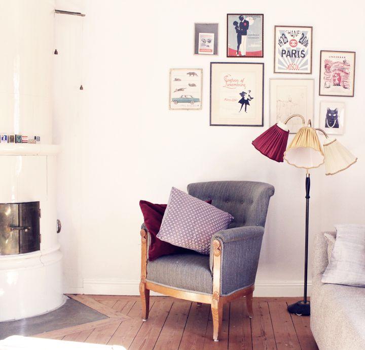 Kakelugn, knasig lampa och underbar tavelvägg  http://blogg.damernasvarld.se/emmasvintage/files/2012/09/IMG_15321.jpg
