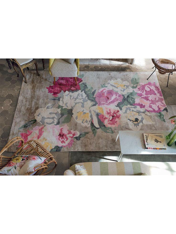 Für den Teppich Octavia Linen haben die Entwickler von Designers Guild ein spezielles Viskosegarn aus Bambus kreiert. Es ist zart wie Seide und hat temperaturregulierende Eigenschaften, die sich positiv auf das Raumklima auswirken, und ist antibakteriell. Der Teppich ist mit einem schönen Blumen-Motiv überzogen, das ihm einen klassisch romantischen Charakter verleiht.