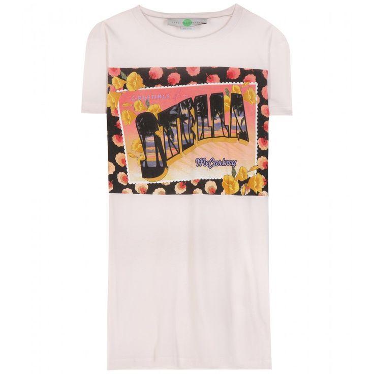 """Stella McCartney - T-shirt en coton imprimé Stella Greetings - Avec ce t-shirt en coton rose pâle, la créatrice britannique vous envoie une carte postale en provenance des îles. Son coucher de soleil, ses fleurs tropicales et son imprimé """" Greetings from Stella McCartney """" vous donneront instantanément des envies de soleil et d'évasion. seen @ www.mytheresa.com"""