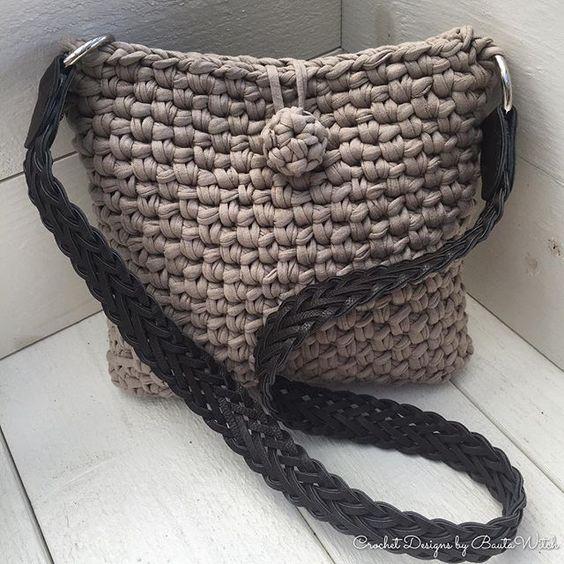 Om man inte gillar fransar så kan man istället virka denna mer klassiska variant av min väska i @hoooked.zpagetti. Ett mönster - 2 modeller. Mönstret kommer i bloggen inom kort. #virka #virkat #väska #bautawitch #bag #crochet #zpagetti #hoookedzpagetti