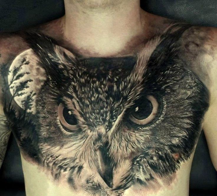 Tatouage magnifique chouette sur poitrine entière