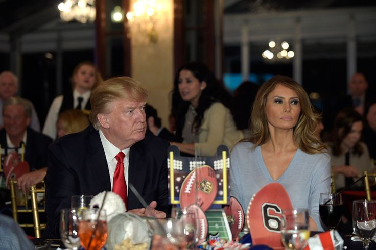 WinNetNews.com- Melania Trump wanita cantik yang sekarang menajdi sorotan publik, karena dirinya sudah menjadi first lady di Amerika Serikat. Melania Trump kembali tertangkap kamera dengan wajah murungnya saat mendampingi suaminya menghadiri Super Bowl, pada 5 Februari 2017 di trump international Golf