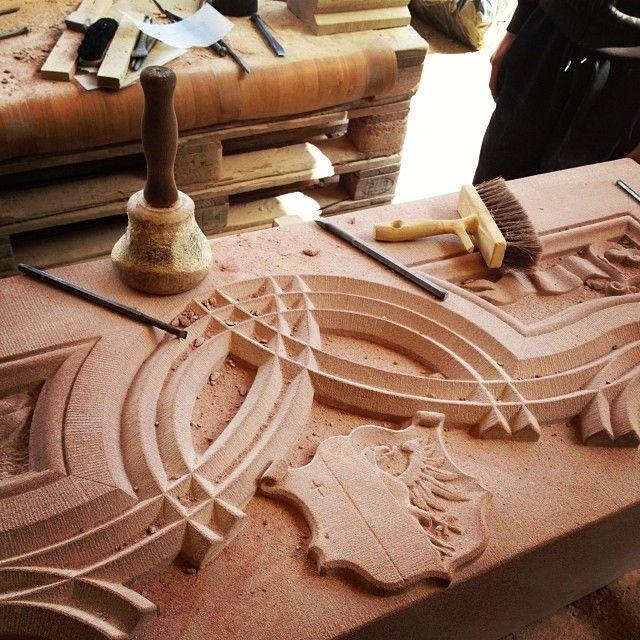 De passage chez Claustra. Tailleur de pierre. Linteau sculpté. #wasselonne #basrhin #alsace #france #stone #pierre http://www.vuparici.fr/