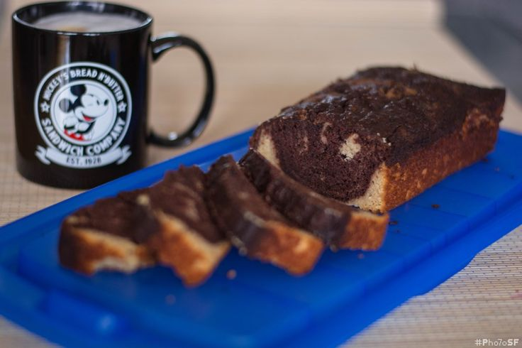 Der Marmorkuchen ist einer der beliebtesten Kuchen. Doch im Gegensatz zu den sonst etwas trockeneren Kuchen bietet dieses Rezept einen super leckeren und zugleich saftigen Marmorkuchen.Saftiger Paleo Marmorkuchen -  - Flüssige Zutaten - Teil 1: Kokosmilch, Honig, Espresso, Zitronensaft, Trockene Zutaten: Pfeilwurzmehl, Kokosmehl, Backnatron, Restlichen Zutaten: Ei, Kokosmilch, Kokosöl, Vanille, Dunkle Schokolade (1/3 Teig):