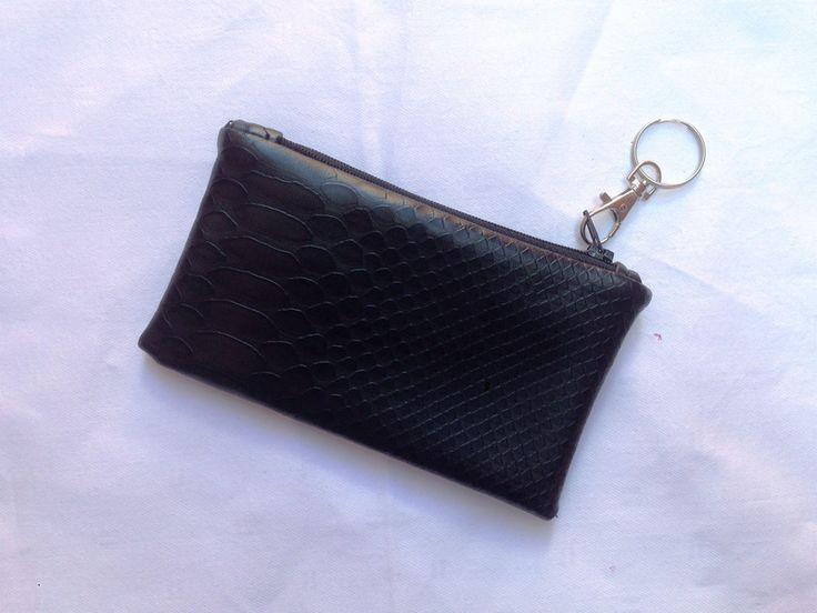 Portamonete Effetto Pitone di Denny HandMade su DaWanda.com #purse #python #money #black #glamour #carabiner #keychain #casual #fashion #fashionaccessories #dennyhandmade #dawanda