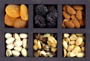 Caja de madera con frutos secos