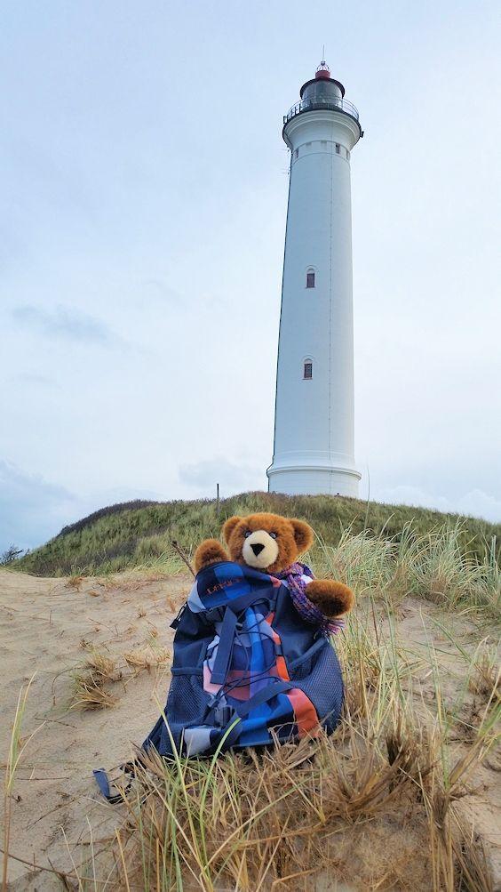 Der Urlaubär am Leuchtturm Lyngvig Fyr bei Hvide Sande an der Westküste von Dänemark, Nordsee ...