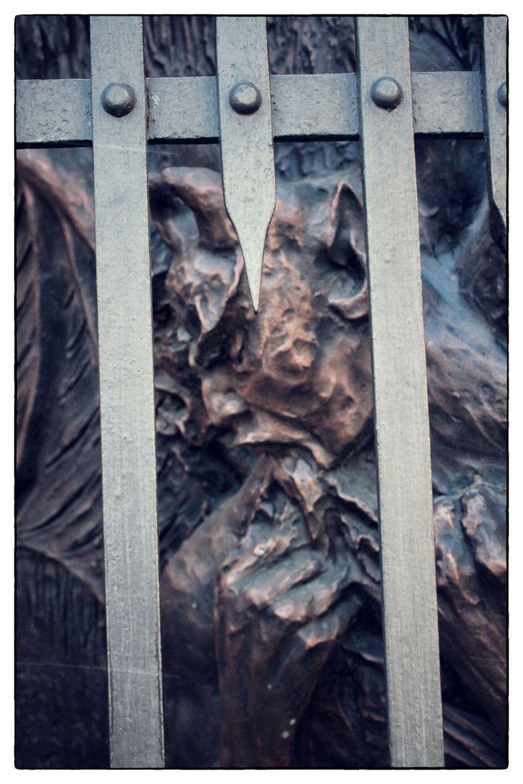 Demone in gabbia ||||| Caged Demon