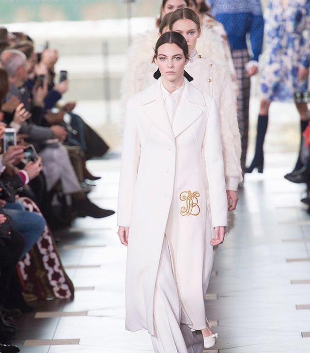 """Tory Burch toma inspiración en Katherine Hepburn en """"Historias de Filadelfia"""" y muestra cierta nostalgia al usar siluetas y estampados que remiten a los años cuarenta y setenta. #NYFW #FW17 #BazaarFashionWeek #BazaarMx #HarpersBazaarMx #ThinkingFashion  via HARPER'S BAZAAR MEXICO MAGAZINE OFFICIAL INSTAGRAM - Fashion Campaigns  Haute Couture  Advertising  Editorial Photography  Magazine Cover Designs  Supermodels  Runway Models"""