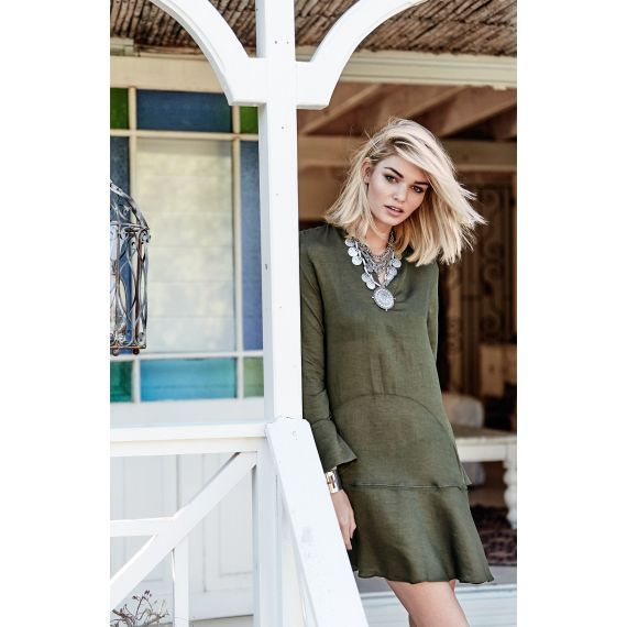 Leicht ausgestelltes und hinten etwas längeres Kleid in Oliv.