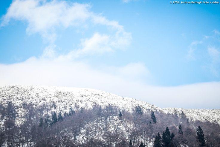 Un crinale delle Alpi biellesi innevato nella conca della Valle Oropa.