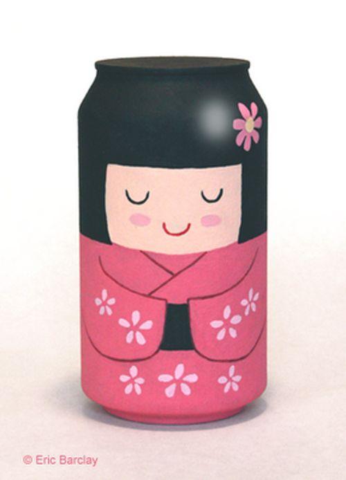 Lata de refresco reciclada como muñeca kokeshi