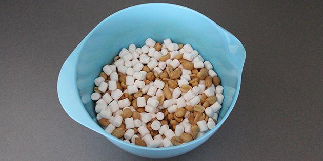 Skumfiduser og peanuts blandet sammen i en skål.