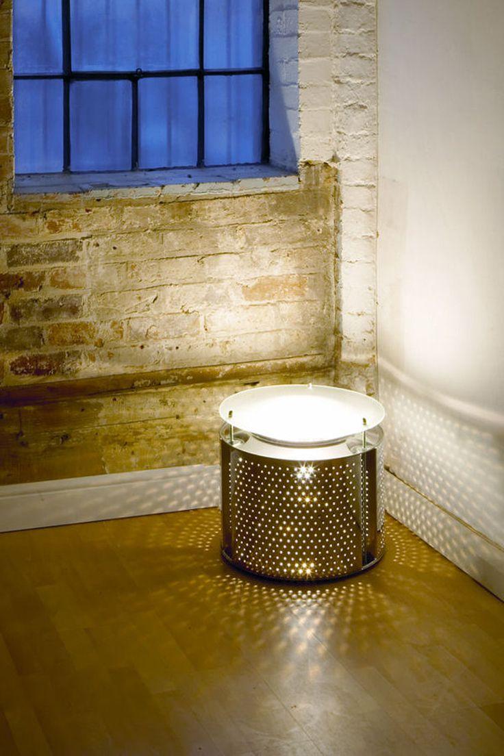 Une lampe en tambour de machine à laver A mi-chemin entre une lampe et une table basse, ce tambour de machine à laver s'offre une seconde jeunesse dans le salon. Une idée originale et facile à reproduire, pour un style déco jeune et décalé.  Disponible : chez Reestore  ©  Reestore