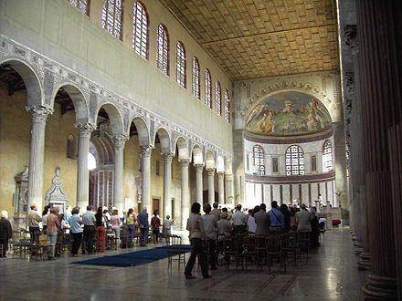 Basílica de Santa Sabina es un edificio alargado, con una clásica planta rectangular y columnas que la dividen en naves, la central más ancha y elevada que las laterales. Esta diferencia sobresaliente de altura permitía incorporar bajo la techumbre un hilera de ventanas por donde penetraba la luz en el recinto.