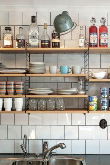好きなモノを好きなように。素敵な棚収納の風景を集めたよ。 | キナリノ イッタラの食器は、このように見せるのが素敵! 上段にお