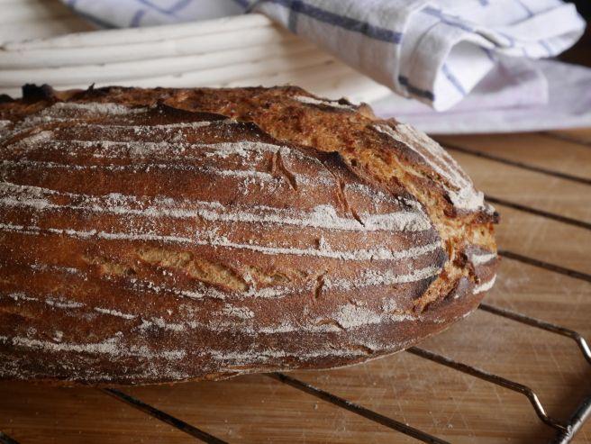 Rezept für ein knuspriges Sauerteigbrot aus Roggen und Weizenmehlen. So einfach geht selbst Brot backen.