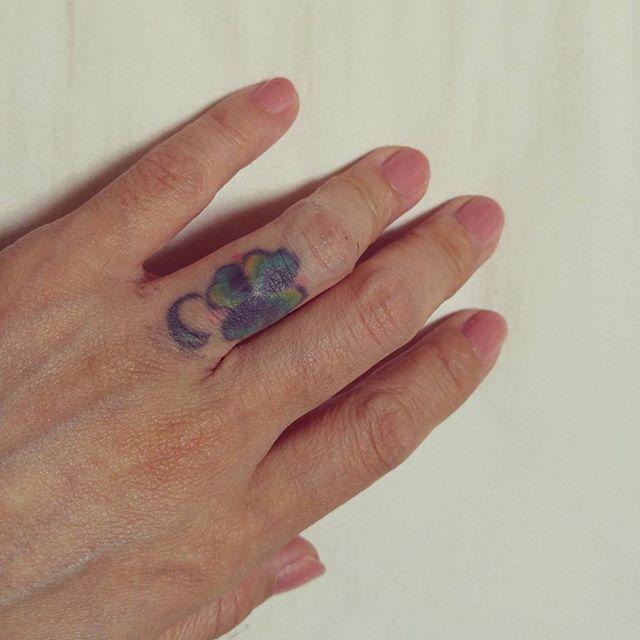 ベビーピンク。  日曜からの出張の準備もせずに爪を塗る。  とくにピンクな気分でもないのに、ベビーピンク。  #明日も仕事 #はよ寝なあかんな #爪塗ってる場合か #出張準備いつすんの #7日分の荷物 #考えるのもめんどい #とりあえずシャワー #筋肉 #骨格 #関節 #ボディメンテナンス #メンタルケア #セルフネイル #タトゥー #tattoo #おやすみなさい