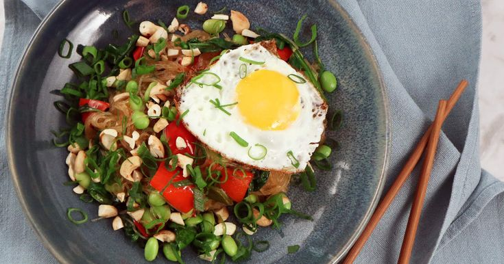 Snabblagad nudelrätt med edamamebönor, stekt ägg, cashewnötter och koriander. Tips! Om du inte vill använda fisksås i dressingen, ersätt med mer limesaft och soja.