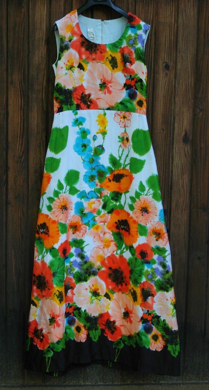 Rochie maxi cu imprimeu maci anii 60  - ca noua,captusita.Poliester matasos.Fermoar lung la spate.Bust cca 98 cm,talie 78 -80 cm,sold cca 104 cm,lungime 152 cm