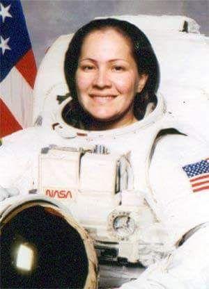 Genoveva Negron. Primera mujer puertorriqueña en ser astronauta. Nacida en Mayaguez pal' mundo y pal' espacio. Yo soy Boricua, pa' que tú lo sepas