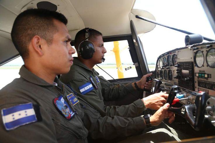 Honduras forma a los mejores pilotos de Centroamérica. ENTRENAMIENTOS. Realizan los cadetes de aviación en las avionetas T-41, donde hacen sus vuelos.  http://www.laprensa.hn/honduras/1104588-410/honduras-forma-pilotos-centroamerica-academia-militar-aviacion