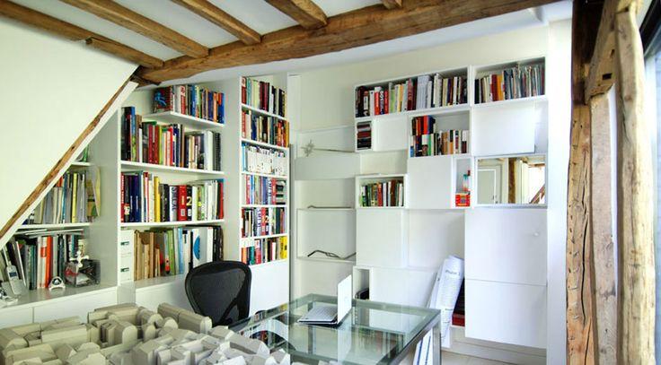Au second niveau se trouve également le bureau & bibliothèque à la déco claire et originale