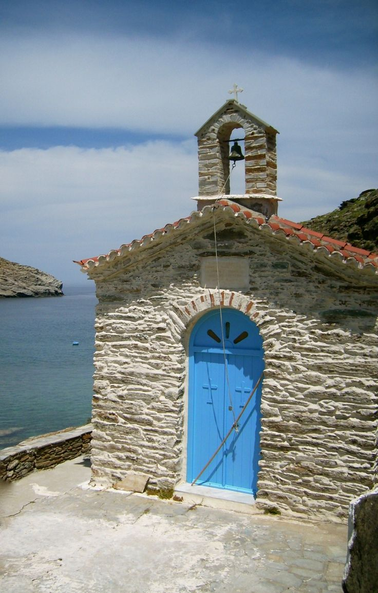 The chapel of Agios Nikólaos, above Achla beach in Andros