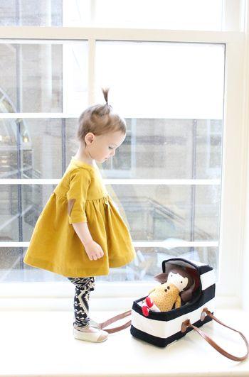 Aラインのふんわりしたワンピースは、やっぱり子どもが着ると格別に可愛いですね。ちょこんとしたおちゃめなヘアスタイルが、ポップなカラーにとってもお似合い。